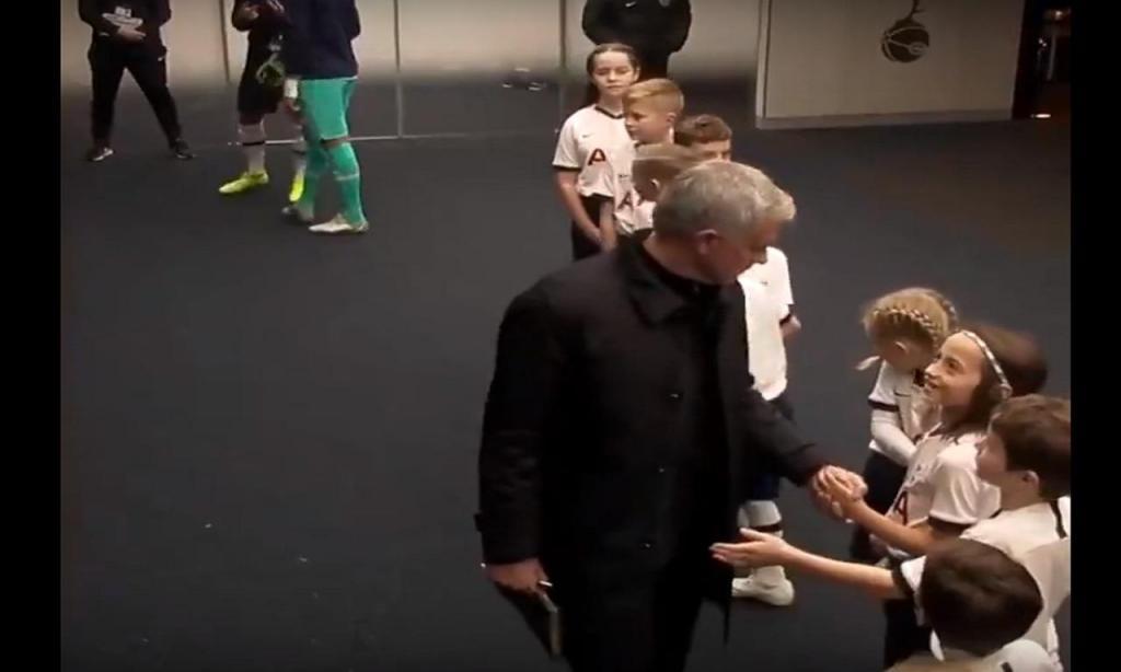 Mourinho cumprimenta crianças uma por uma
