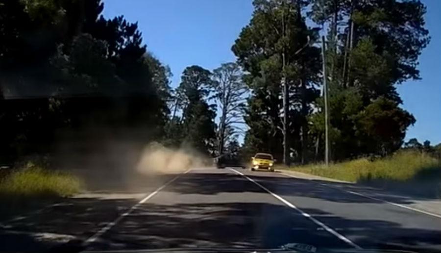 Condutor adormece e provoca acidente (reprodução YouTube «Dash Cam Owners Australia)