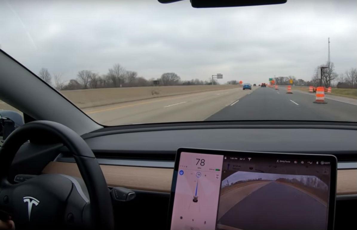 Tesla Model 3 com o Autopilot (reprodução YouTube «Dirty Tesla»)