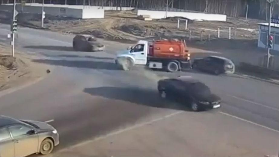 Acidente em cruzamento (reprodução YouTube)