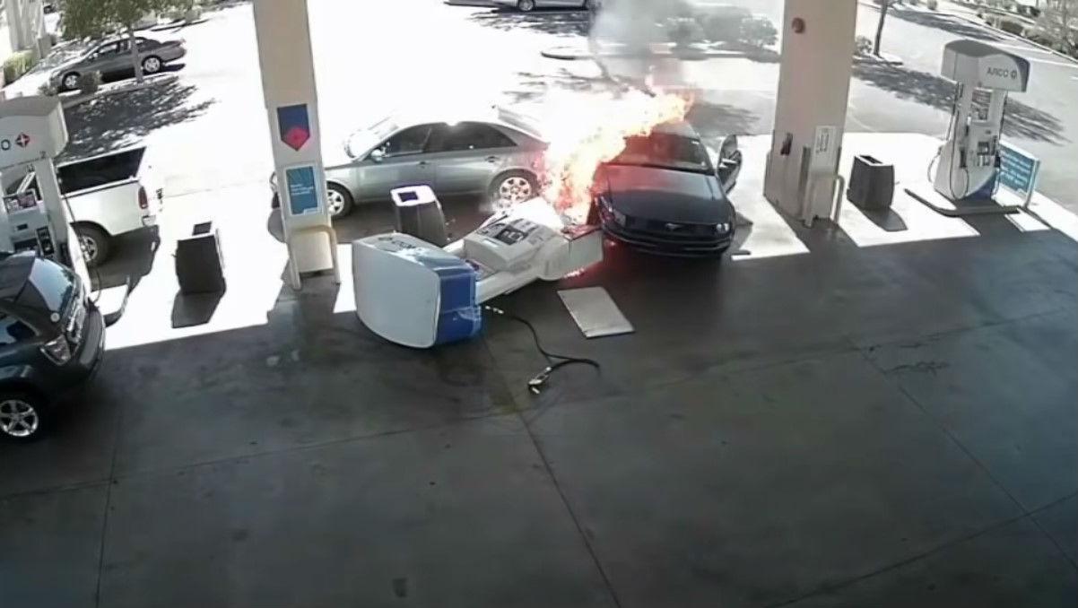 Acidente em bomba de gasolina (reprodução YouTube)