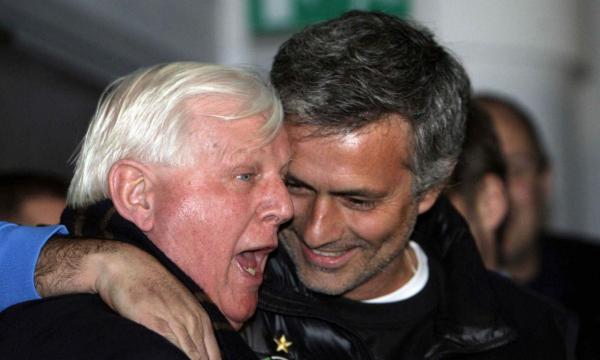 O cumprimento a um funcionário do Chelsea no regresso pelo Inter
