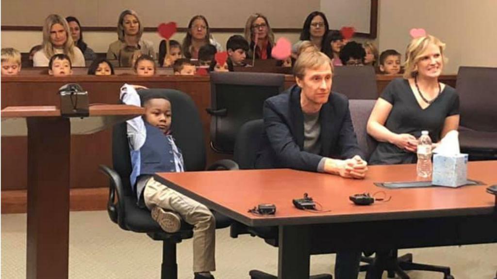 Colegas de Michael apoiam-no na audiência de tribunal