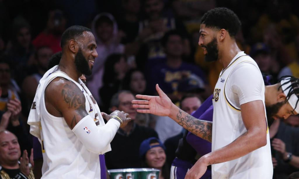LeBron e Anthony Davis na vitória dos Lakers sobre os Timberwolves (AP Photo/Ringo H.W. Chiu)