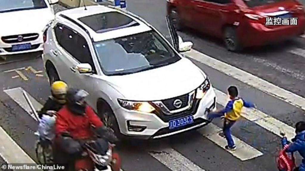 Menino pontapeia carro depois de ser atropelado