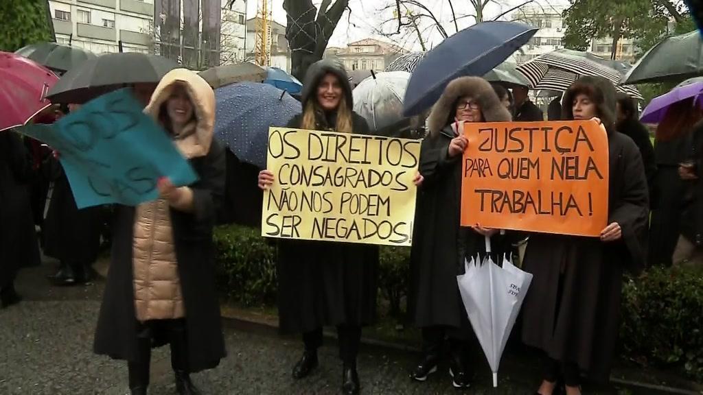 Centenas de advogados nas ruas contra o regime de contribuições
