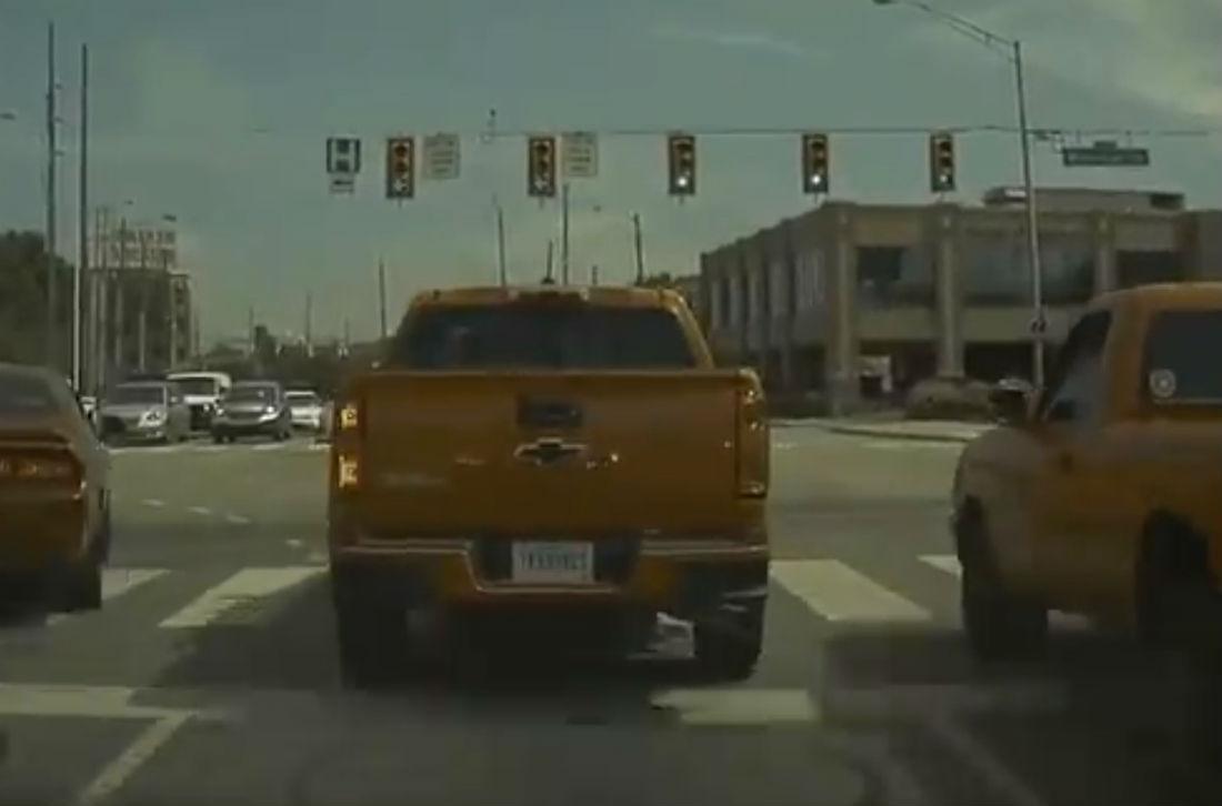 Reflexo do pisca do Tesla Model 3 no veículo à sua frente (reprodução Twitter 'Tesla Crossroads of America')