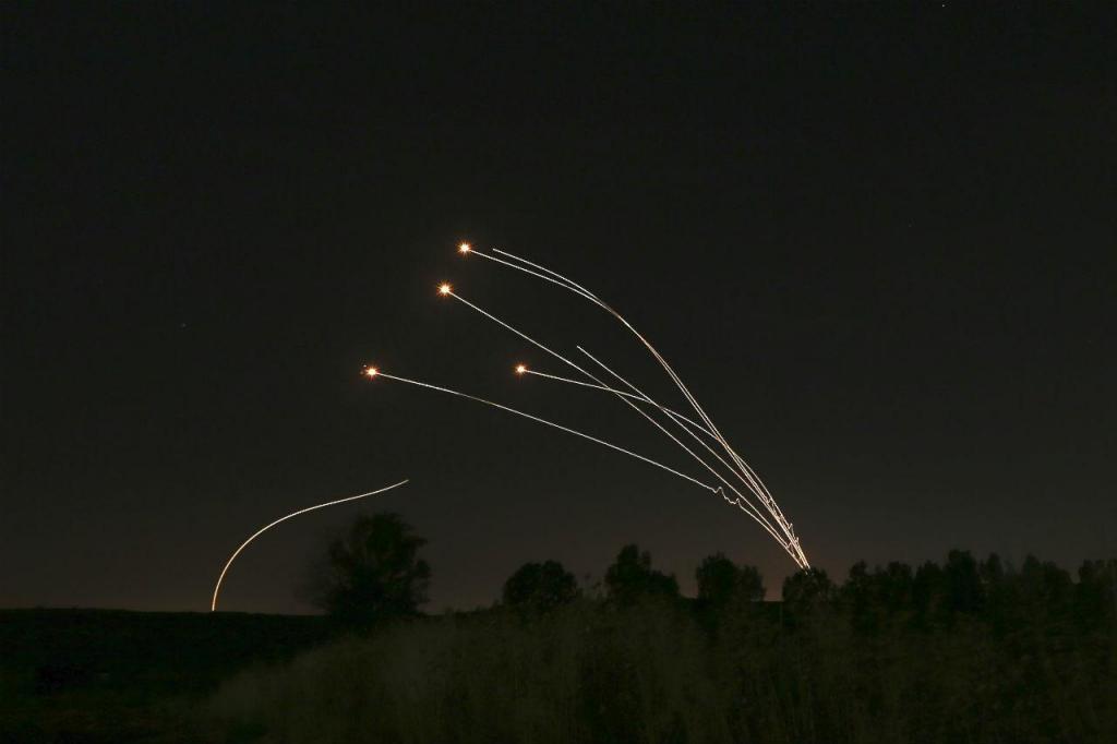 Sistema de defesa israelita derruba rockets disparados por Gaza, junto a Sderot, Israel