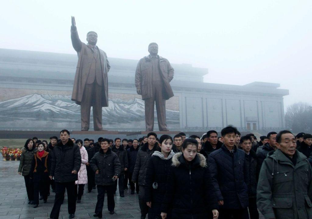 Coreia do Norte (populares festejam o 80º aniversário da morte de Kim Jong Il)