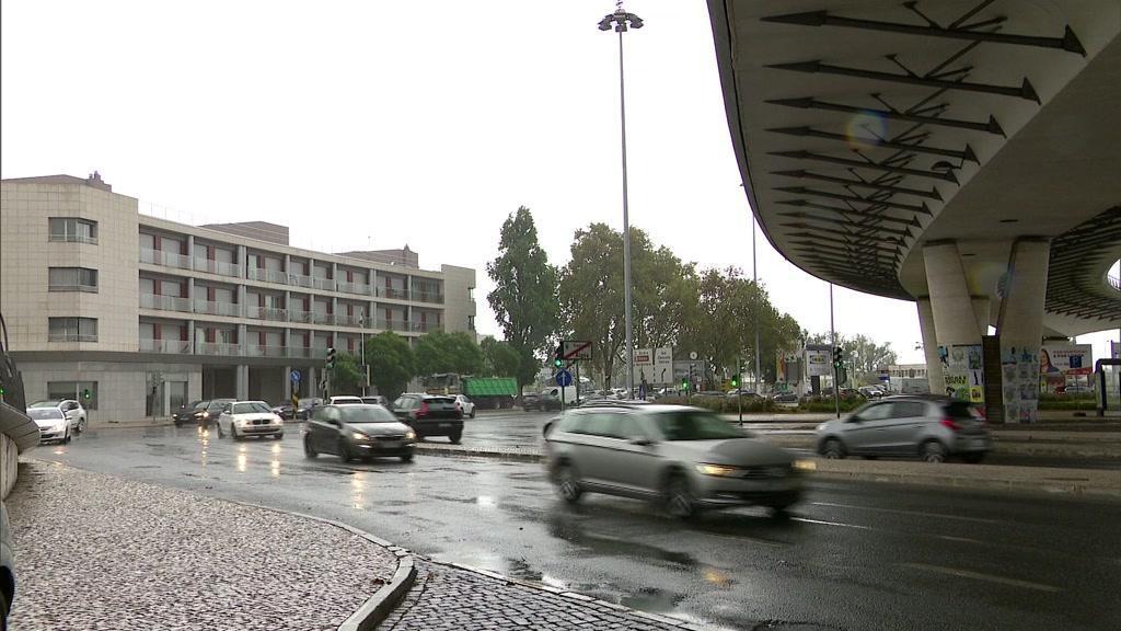 Depressão Elsa traz chuva, vento e agitação marítima