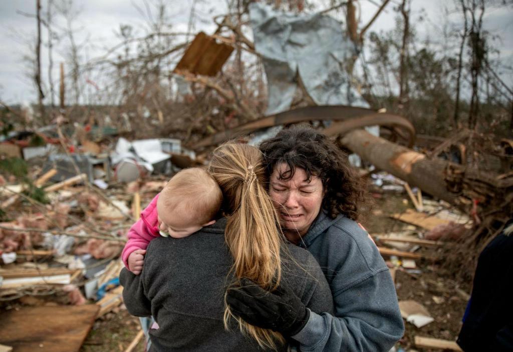 Mulher chora a morte do marido, que morreu depois de um tornado ter destruído a casa onde viviam, no Alabama, EUA