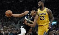 Giannis Antetokounmpo e LeBron James (AP Photo/Morry Gash)