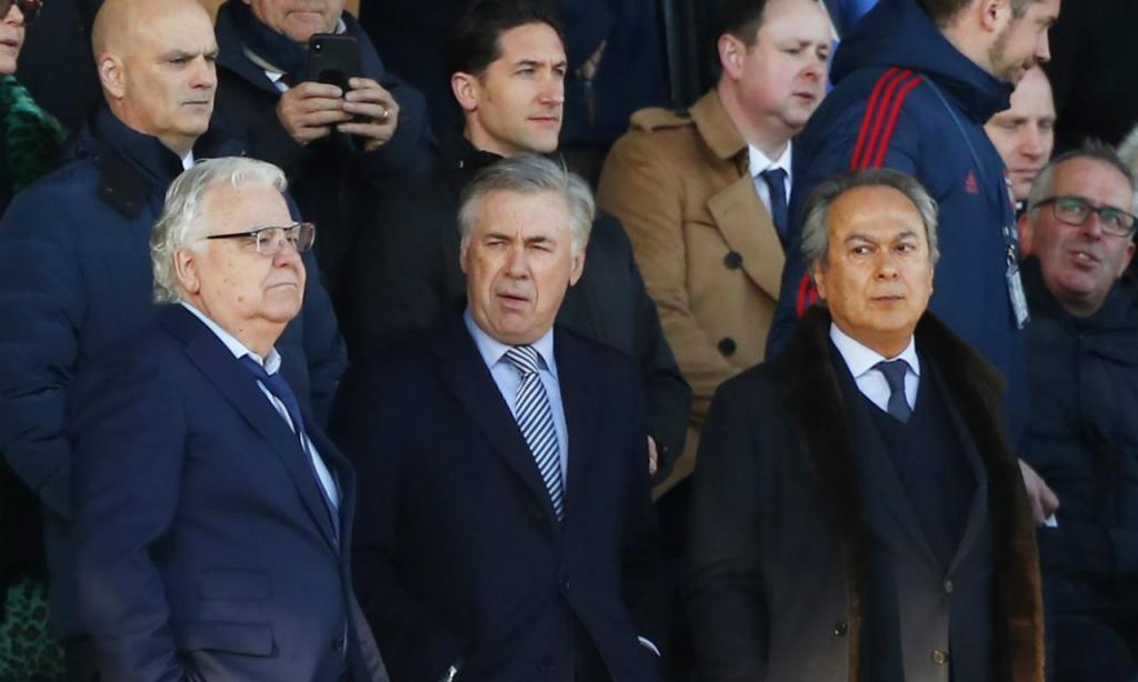 Carlo Ancelotti assiste ao Everton-Arsenal (EPA/LYNNE CAMERON)