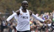 Eliud Kipchoge tornou-se no primeiro a correr a maratona abaixo das duas horas (1h59m40s) numa corida não oficial (AP Photo/Ronald Zak)