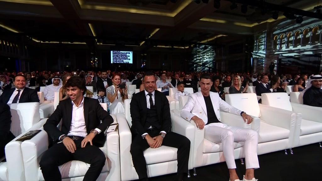 Jorge Mendes ia subir ao palco... mas João Félix travou-o