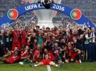 A Seleção já tinha estado perto: brilhou em 2000, chorou em 2004, voltou a tentar. Não falhou uma fase final desde então, coisa que só mais três seleções conseguiram, o que dá a medida do crescimento sustentado ao longo de duas décadas. Mas foi em Paris, a 10 de julho de 2016, que os astros se alinharam para o final mais feliz da história do futebol português. Portugal vencia a anfitriã França, tantas vezes besta negra, numa final de contornos dramáticos, sofrida até à glória final. Campeão da Europa.