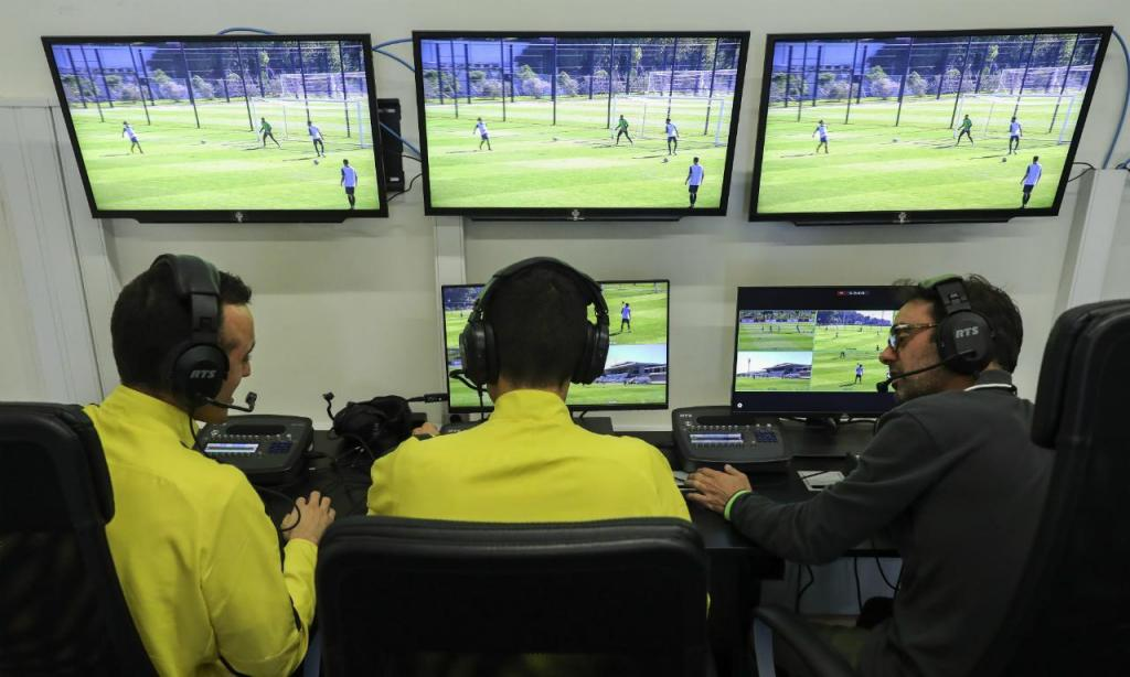 Inovação que marcou a década, e não apenas por cá. Portugal, o país onde discutir decisões dos árbitros é uma espécie de desporto nacional, foi pioneiro. O recurso ao vídeo-árbitro foi rapidamente implementado na Liga, a partir de 2017/18, na esperança de que viesse reduzir o ruído. Mas o VAR, ainda que possa evitar muitos erros, não acaba com eles. Mudou a forma como vemos futebol, pôs o mundo a discutir centímetros e não fica por aqui, a UEFA já admitiu rever o processo. Até aceitarmos que o futebol também é erro, e mesmo dúvida.