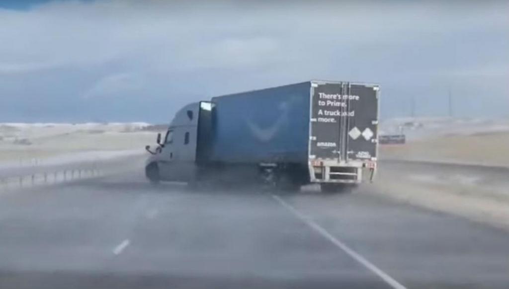Camião arrastado pelo vento (reprodução YouTube «Denver7»)