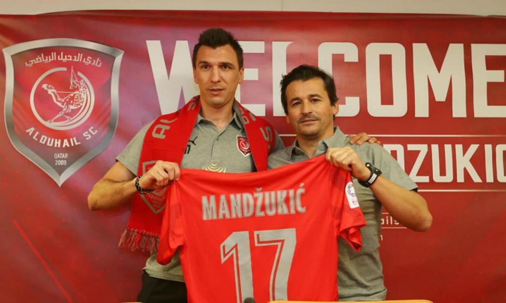 Mandzukic ao lado de Rui Faria, na apresentação como reforço do Al Duhail (Al Duhail)