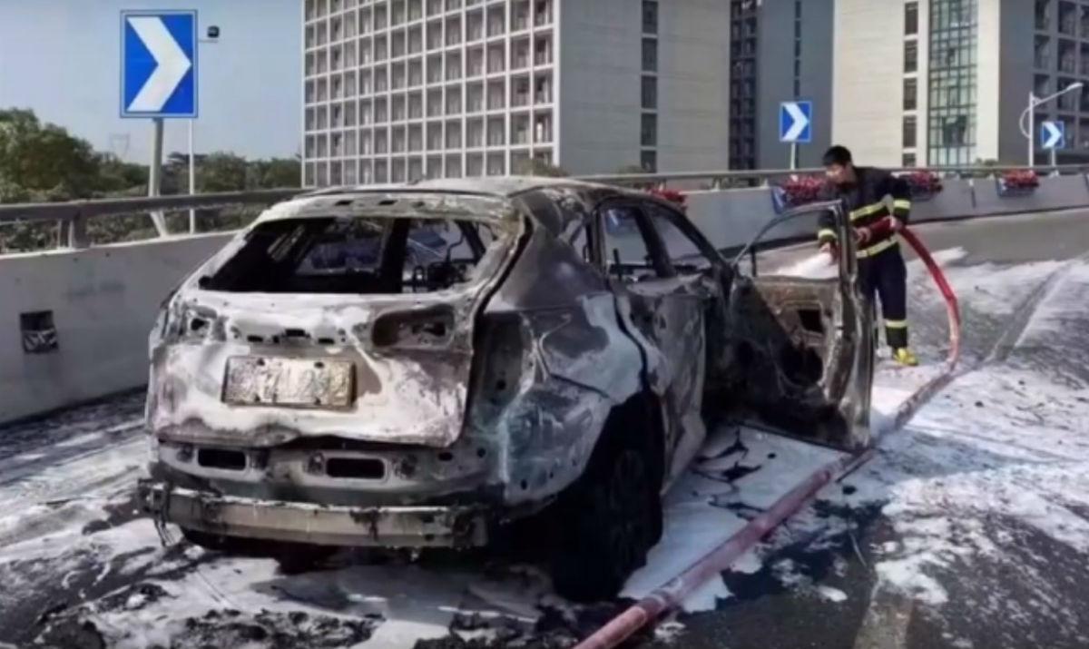 Carro pega fogo (reprodução YouTube)