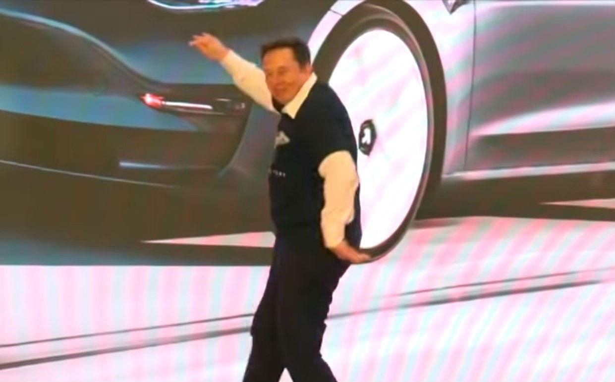 Elon Musk dança na China (reprodução YouTube «Bloomberg Television»)