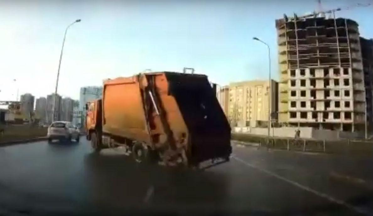 Acidente com camião do lixo (reprodução YouTube)