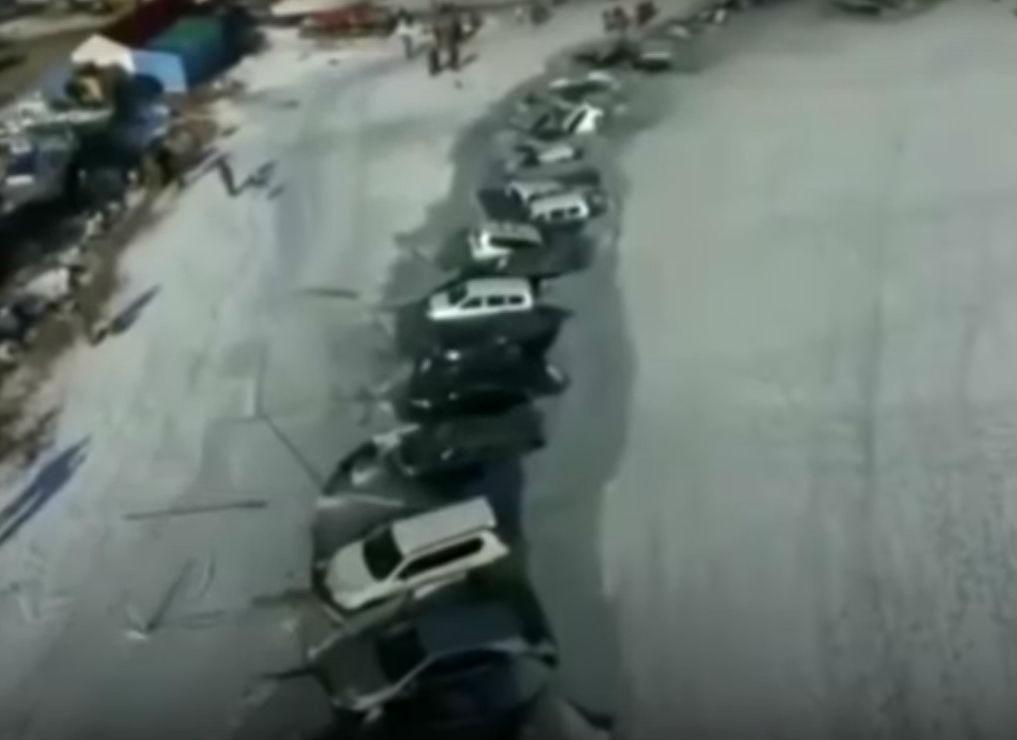 Carros afundaram quando o gelo partiu (reprodução YouTube)