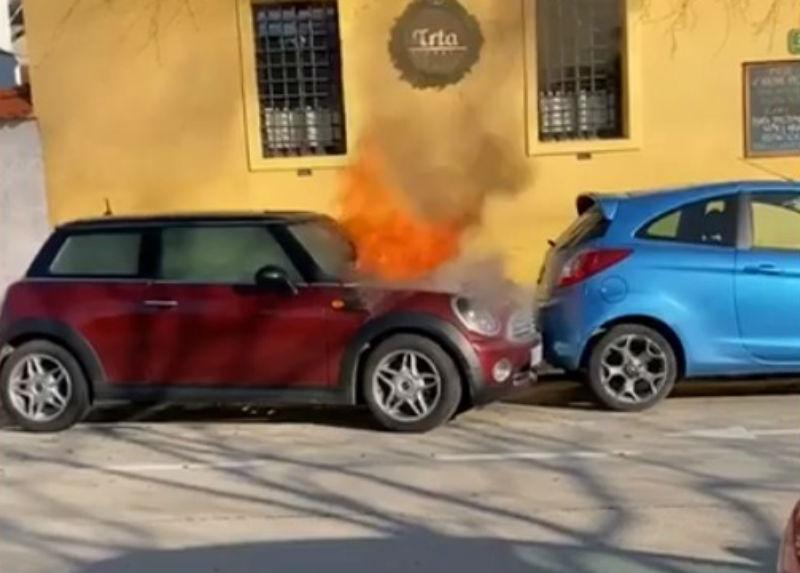Carro a arder arranca sozinho (reprodução YouTube)