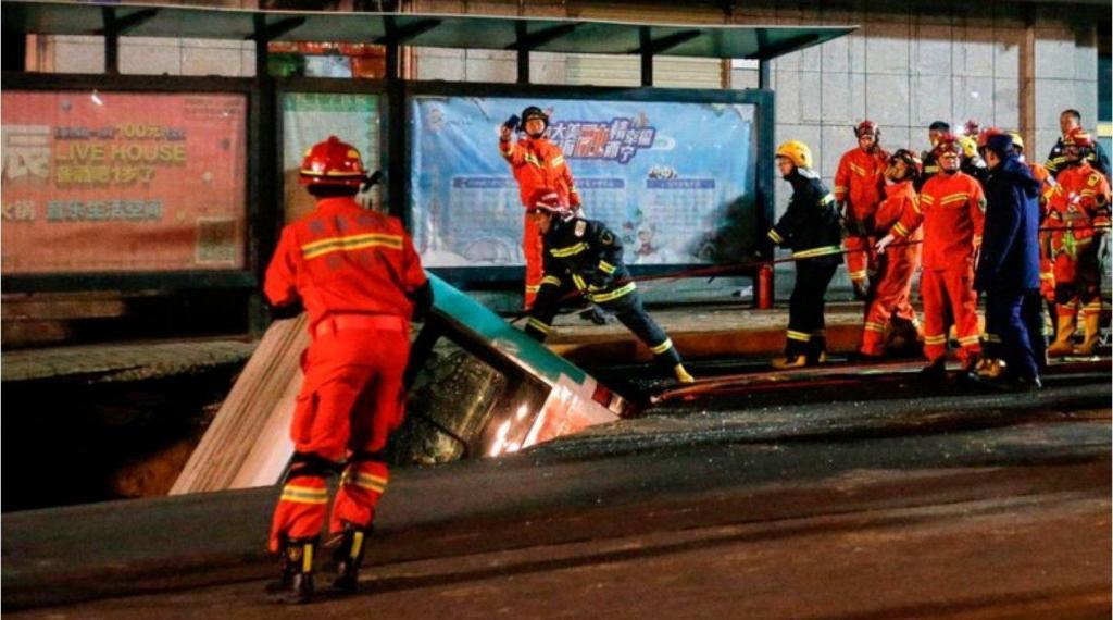 Autocarro cai em buraco na estrada na China