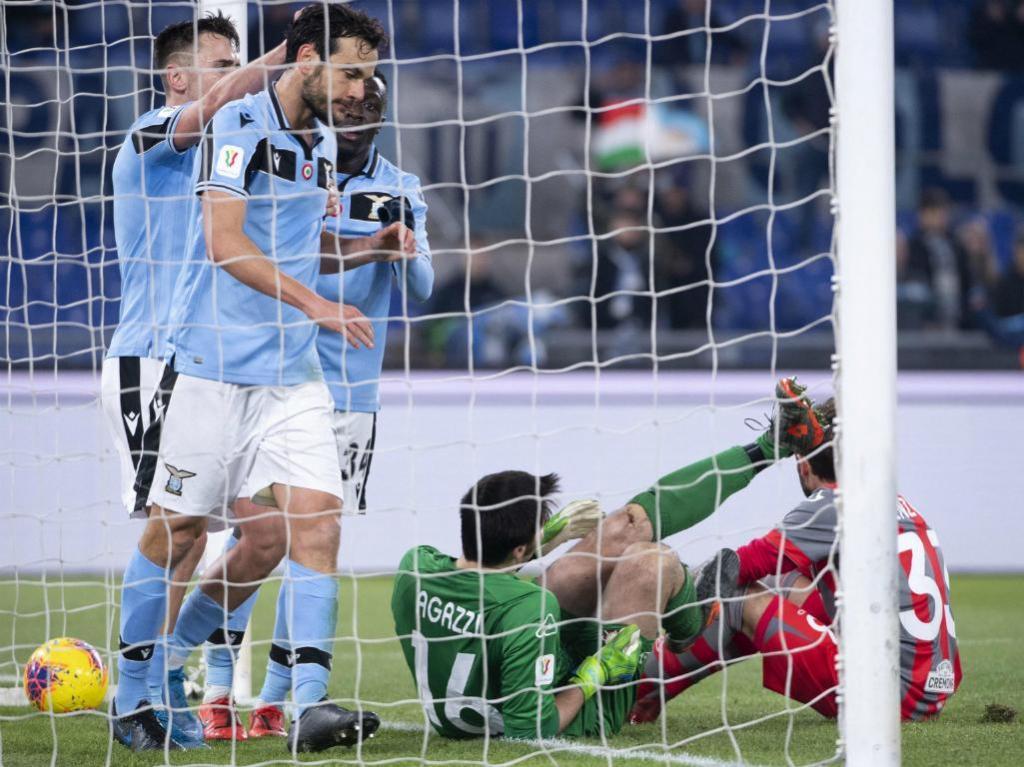 Lazio-Cremonese (MAURIZIO BRAMBATTI/EPA): Marco Parolo marca e Agazzi lesiona-se com corte num joelho