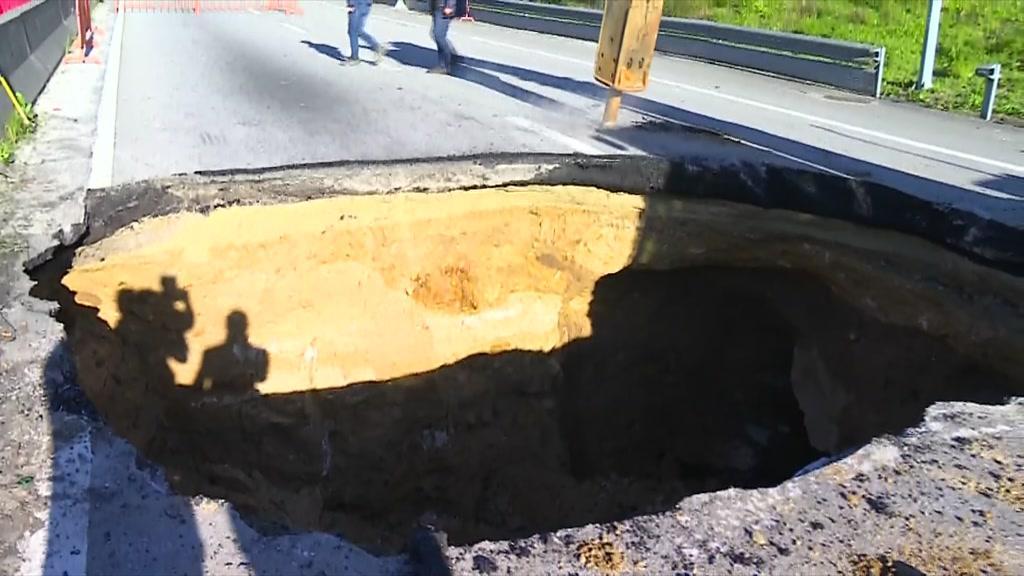 Cratera com mais de quatro metros corta trânsito na EN13 na Maia
