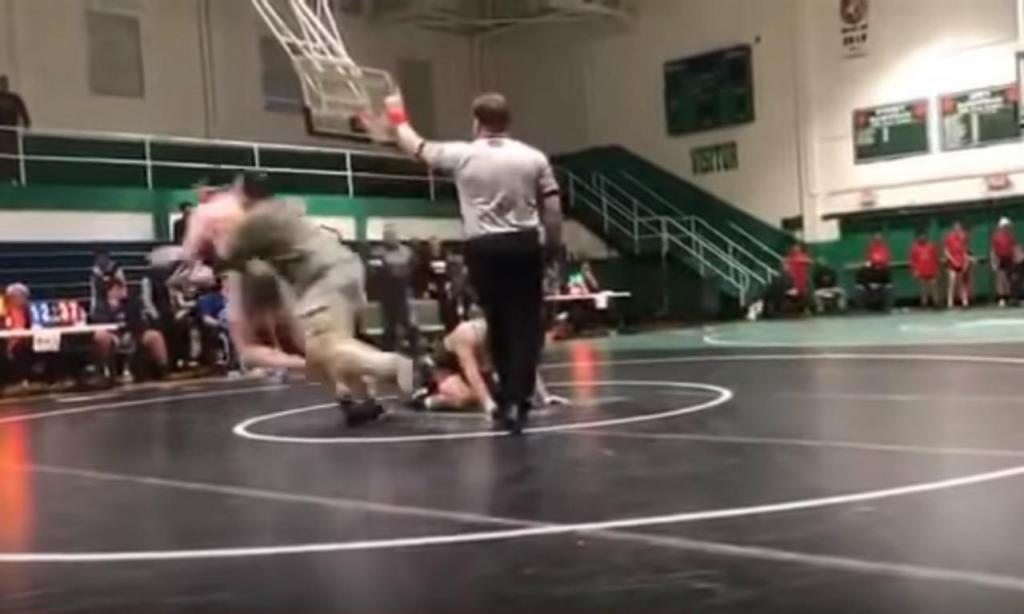 Pai ataca adversário do filho em torneio de luta escolar (Youtube)