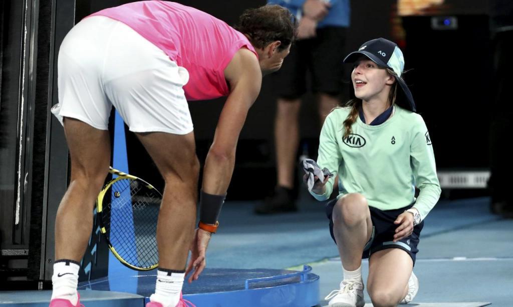 Nadal oferece bandana a menina apanha-bolas (AP Photo/Dita Alangkara)