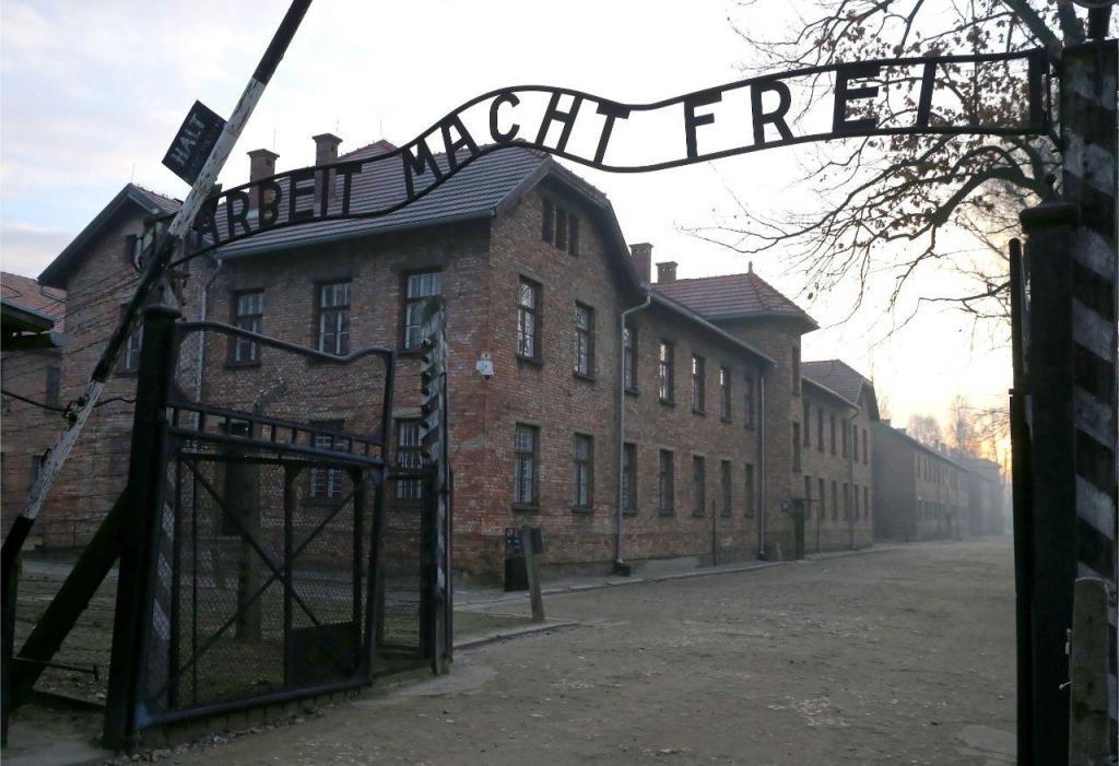 Sobreviventes regressam a Auschwitz