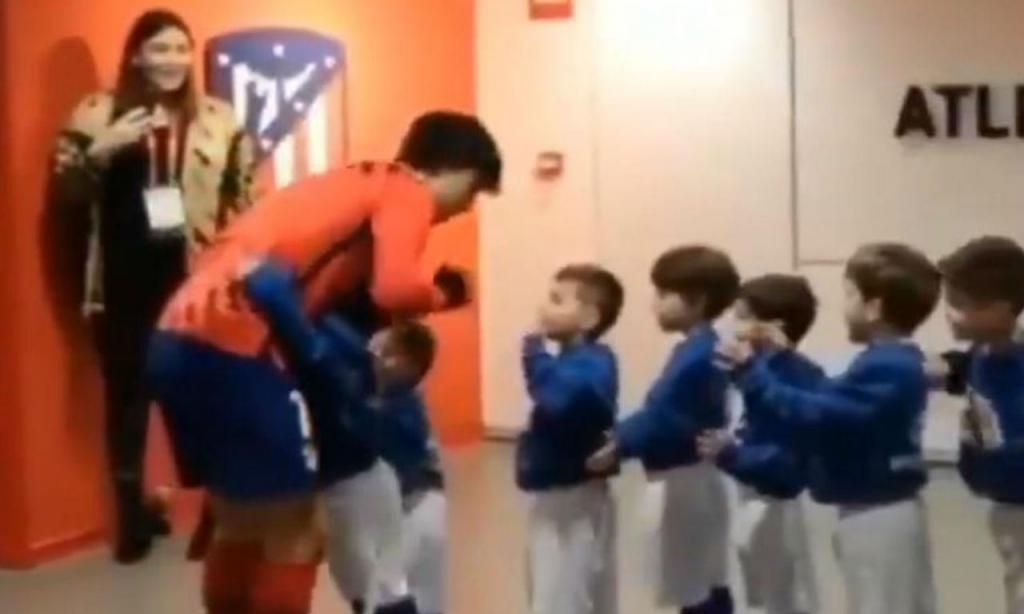 João Félix acarinhado por crianças (twitter)