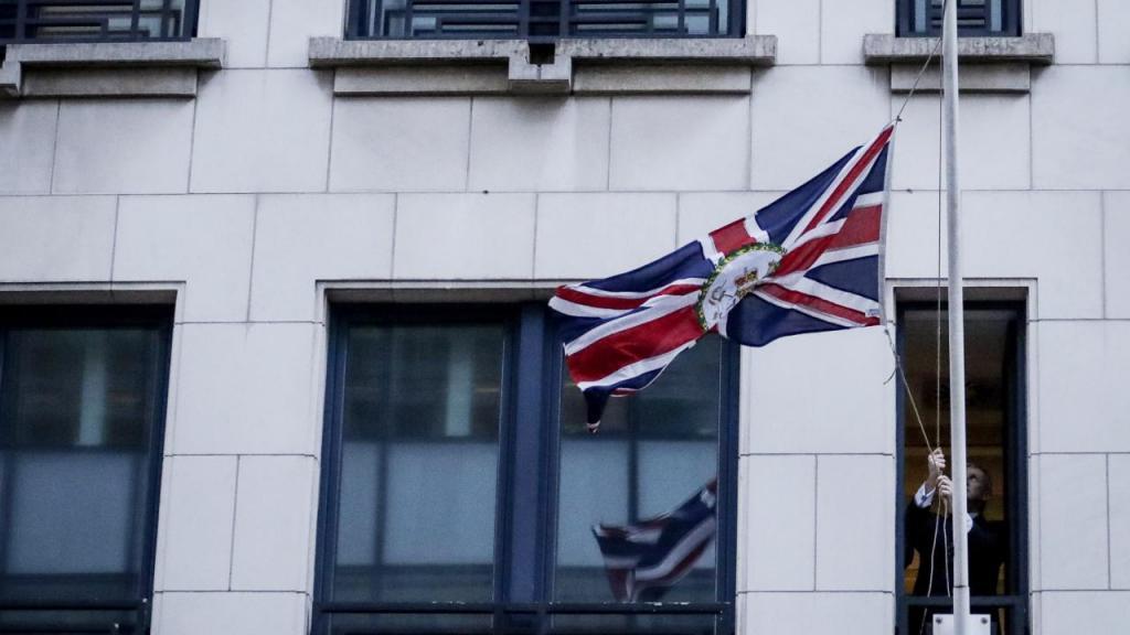 Bandeira da União Europeia removida da embaixada do Reino Unido em Bruxelas
