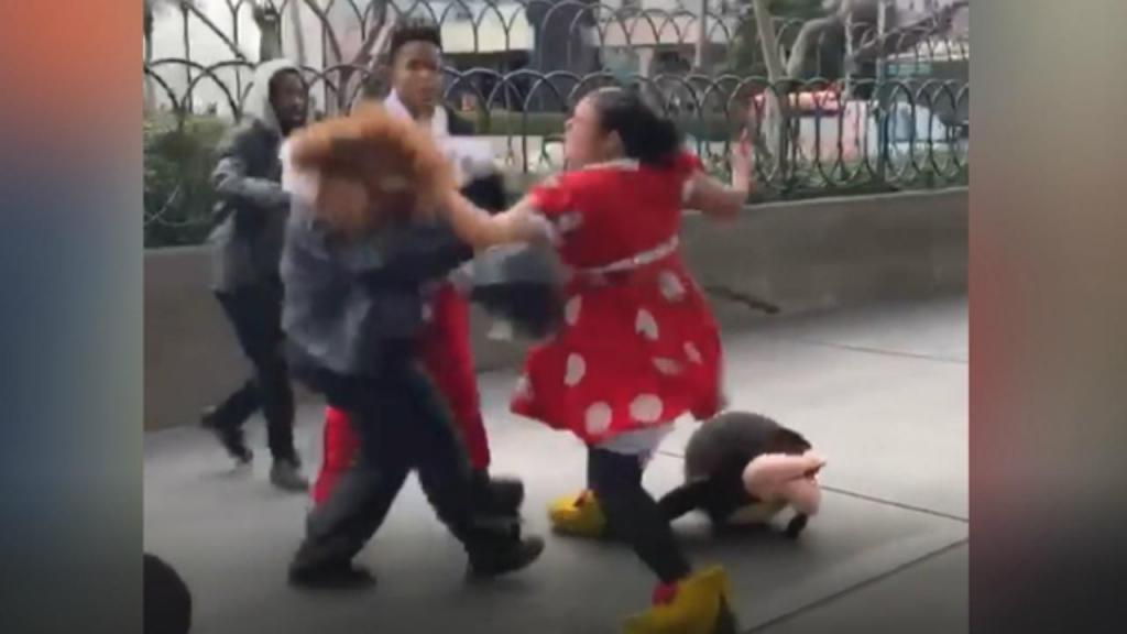 Mulher vestida de Minnie agride segurança e é travada pelo Mickey e pelo Pateta