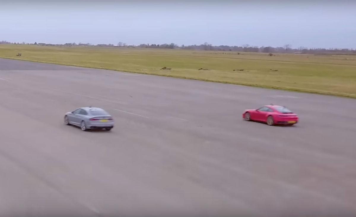 Drag race entre RS5 e 911 Carrera (reprodução YouTube «Carwow»)