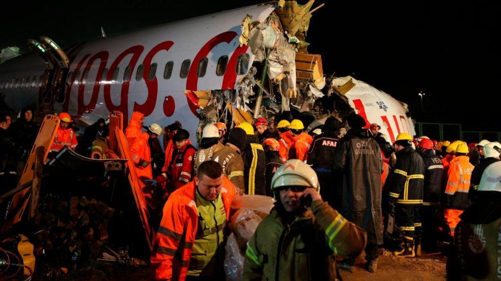 As imagens dos destroços do avião que se partiu em três em Istambul
