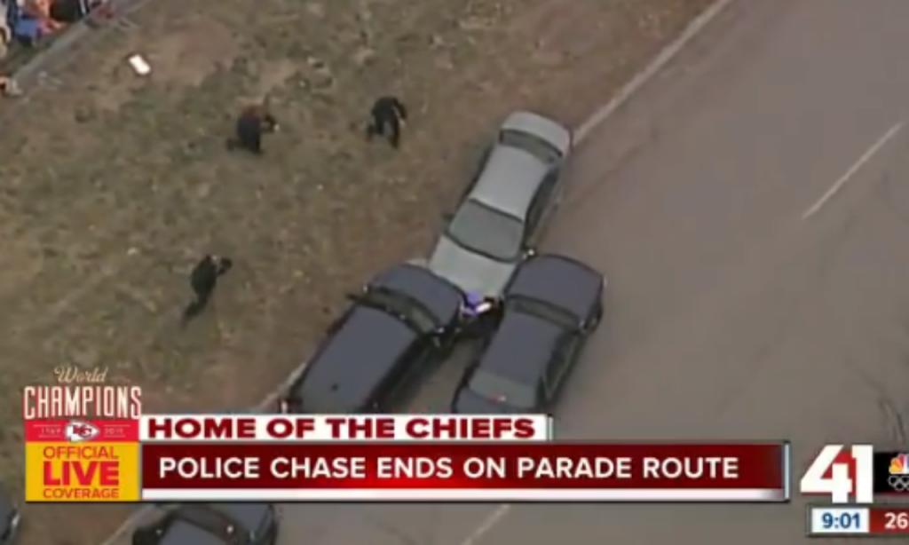 VÍDEO: carro abalroado durante a parada dos Kansas City Chiefs (twitter)