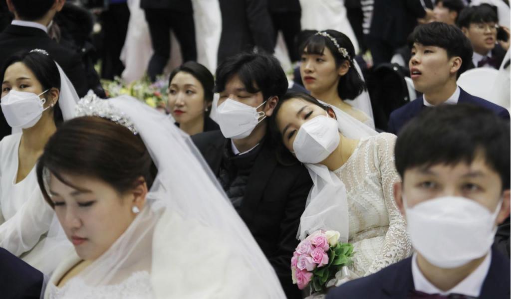 Igreja desafia coronavírus com casamento em massa