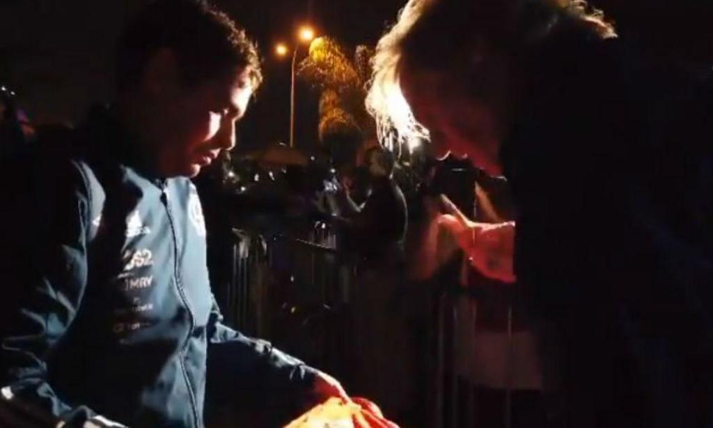 Jesus assina camisola do Benfica (twitter Flamengo)