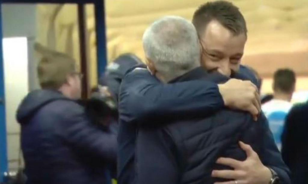 O abraço entre Mourinho e Terry (twitter)