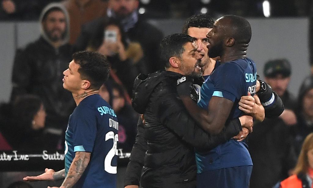 Vitória Guimarães-FC Porto: a saída de Marega do relvado após festejo com cadeira