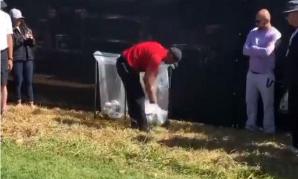 Tiger Woods foi buscar a bola ao lixo (twitter)