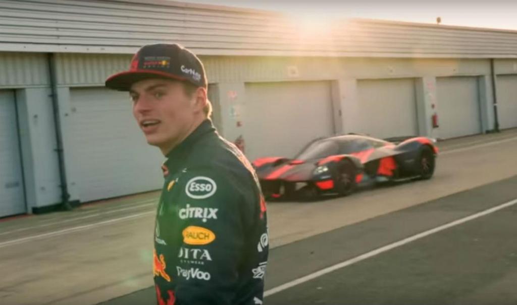 Verstappen testa o Valkyrie (reprodução YouTube Aston Martin Red Bull Racing)