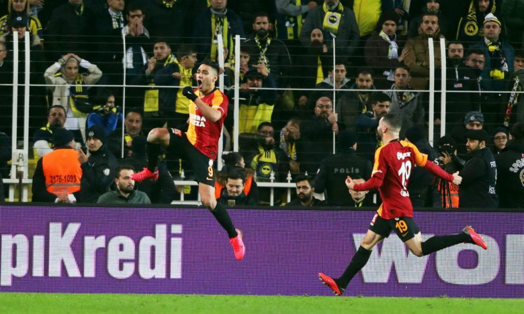 Radamel Falcao festeja golo no clássico entre Fenerbahce e Galatasaray (EPA/ERDEM SAHIN)