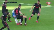 Que baile de Raúl de Tomás perante dois adversários do At. Madrid!