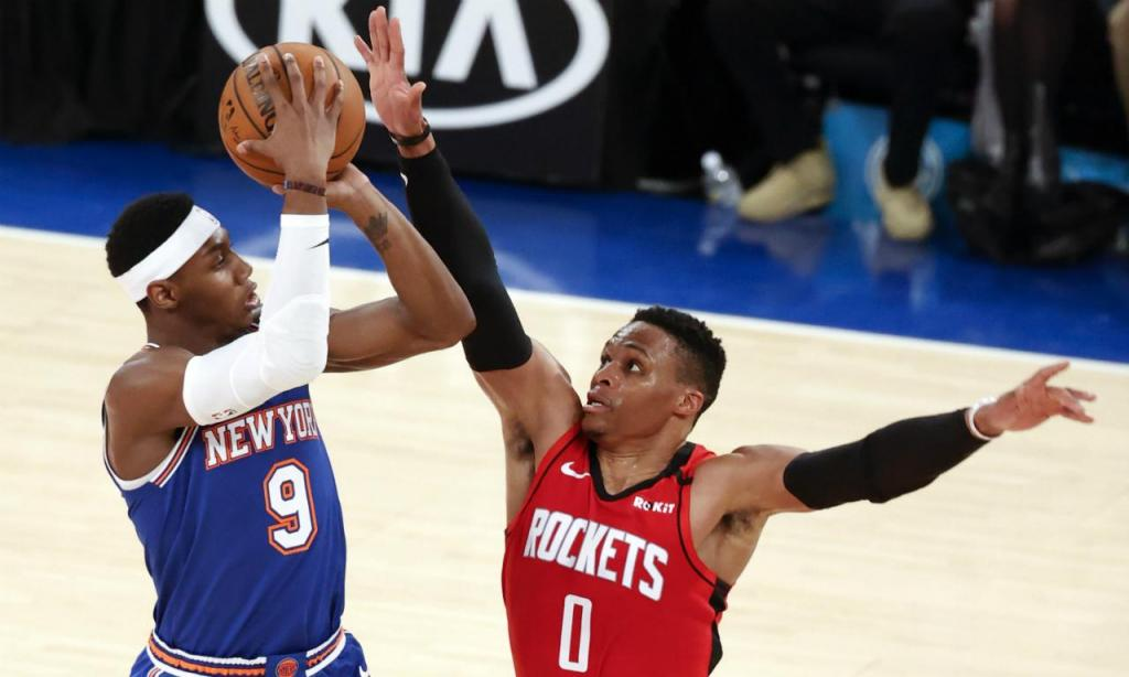 RJ Barrett com Russell Westbrook no jogo entre Houston Rockets e New York Knicks (EPA/JASON SZENES)