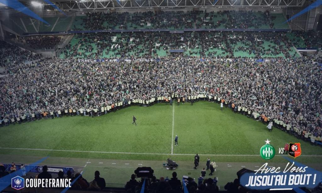 Adeptos do Saint-Étienne festejam no relvado passagem à final da Taça de França (ASSE)